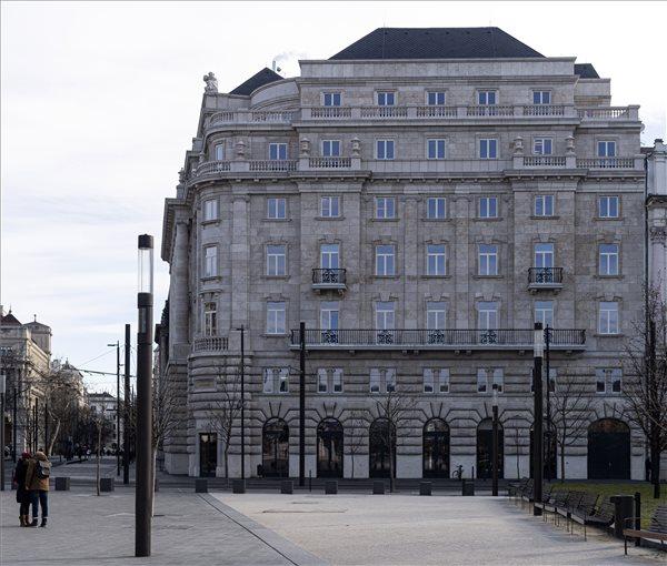 Átadták a Parlament mellett historikus külsővel megépült irodaházat
