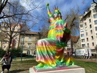 Ferencváros polgármestere tüntesse el a közterületről a szivárványszínű szobrot!